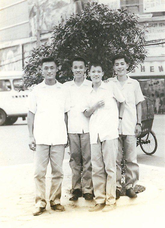 1959年大專聯考放榜前隱地(右一)和育英高中同學到西門町新生戲院看電影,在電影...