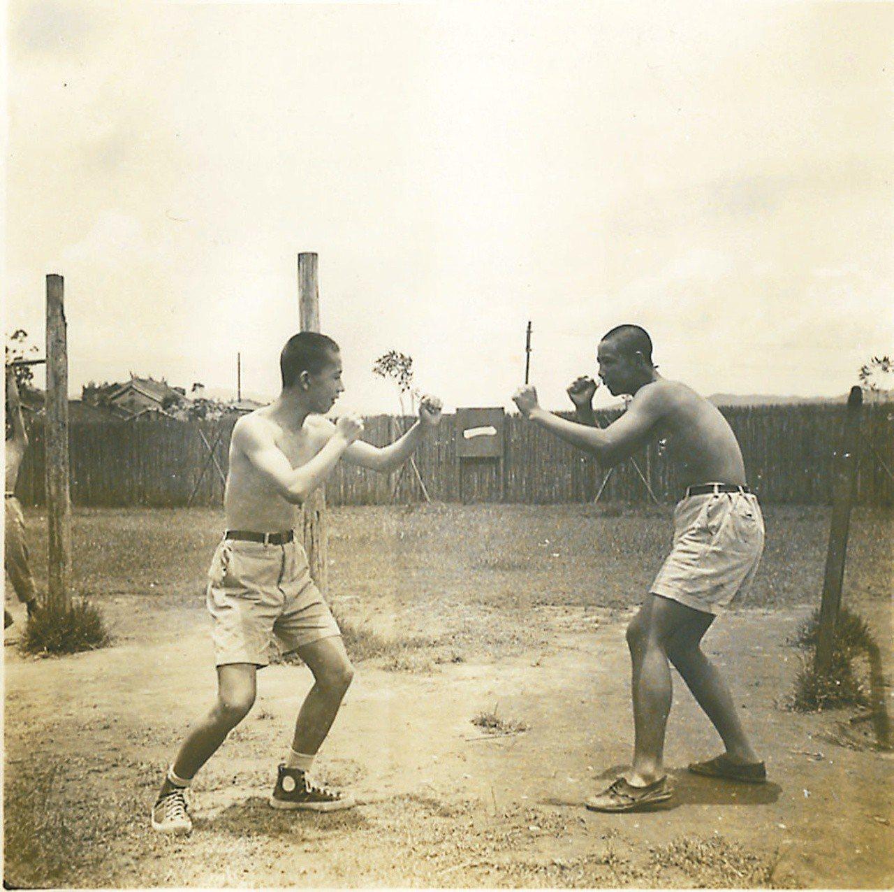 隱地(左)就讀新莊實驗中學時,和同學練習打拳。 圖片提供/隱地