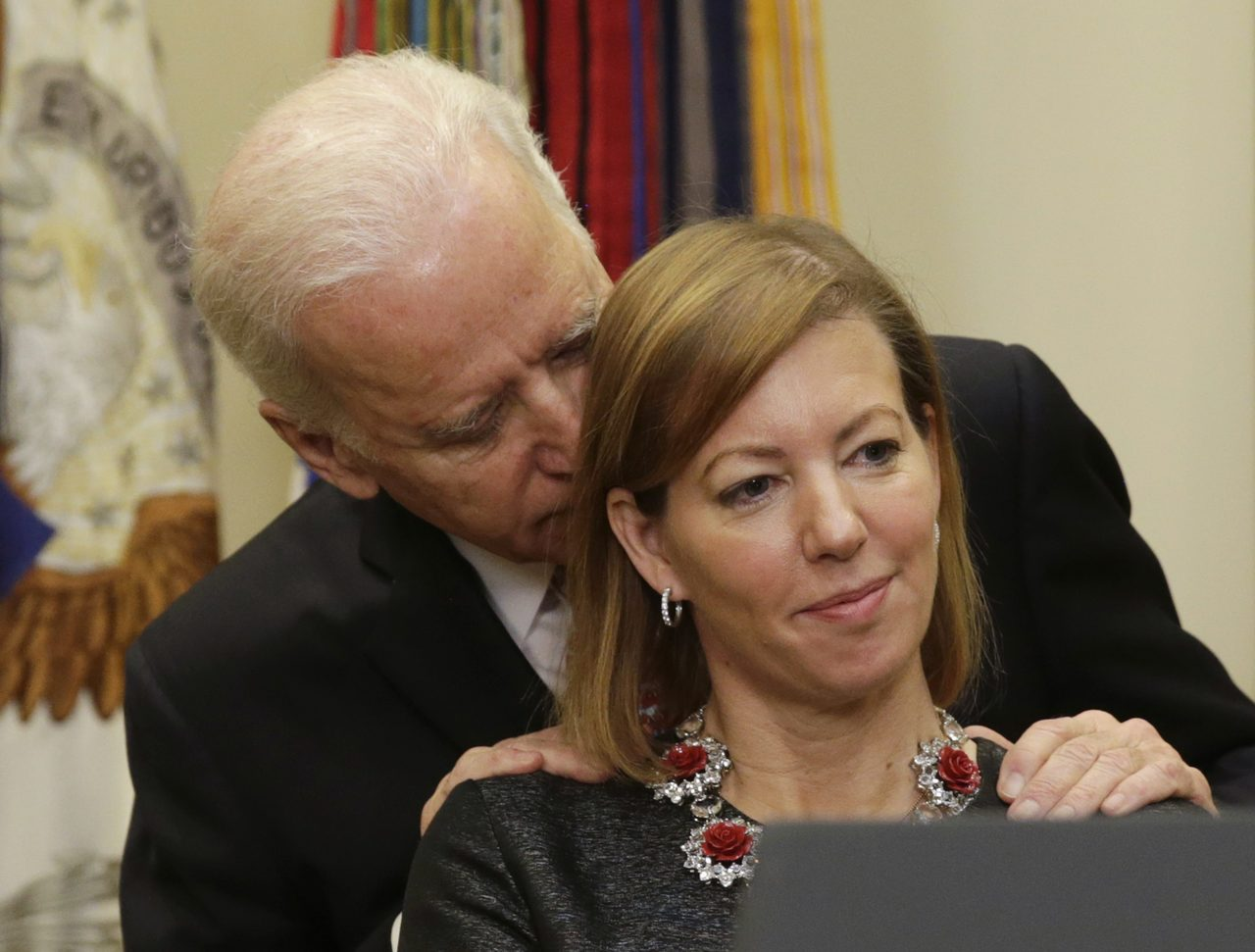 拜登2015年在美國防長卡特宣誓就職典禮上,對卡特妻子史蒂芬妮的動作引起非議。 ...