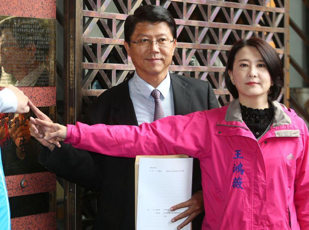 謝龍介(左)2日控告陳水扁和賴清德違反選罷法。 圖/聯合報系資料照片