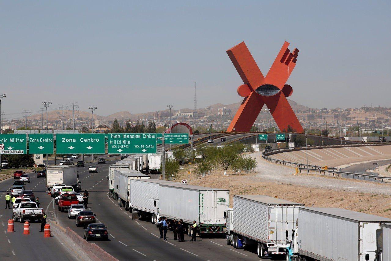 川普稍微鬆口未堅持關閉整個美墨邊界,也滿意墨西哥有抓人,但仍要求國會行動,並稱仍...