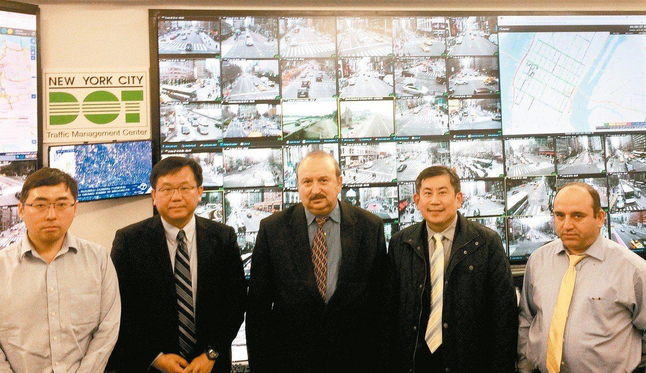 工研院iRoadSafe智慧道路安全警示系統團隊代表組長蔣村杰(左二)及副組長鄭...