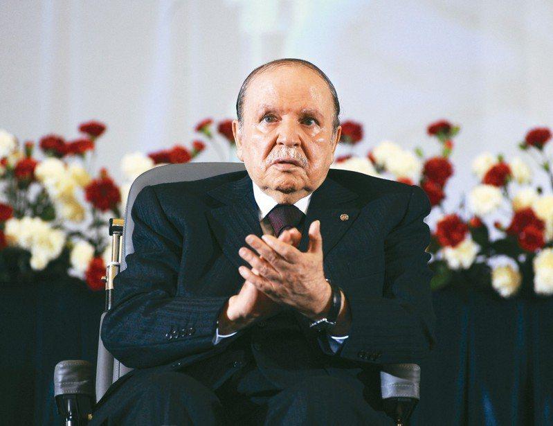 阿爾及利亞前總統包特夫里卡在4月提出辭呈,新總統為他的左右手塔布納。 美聯社