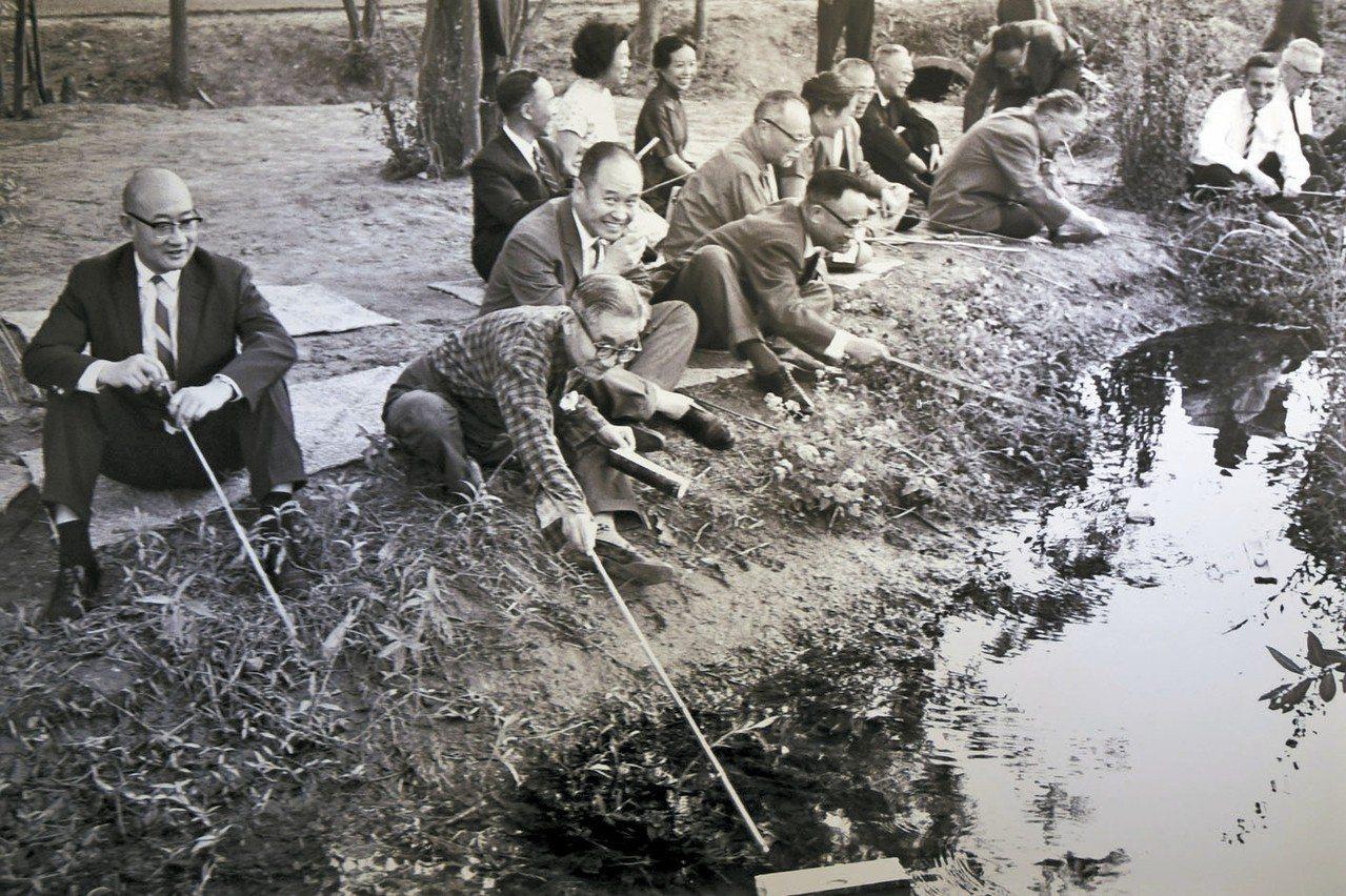 故宮前副院長莊嚴(左二)1964年在台中北溝故宮下方小溪舉辦曲水流觴。 圖/莊靈...