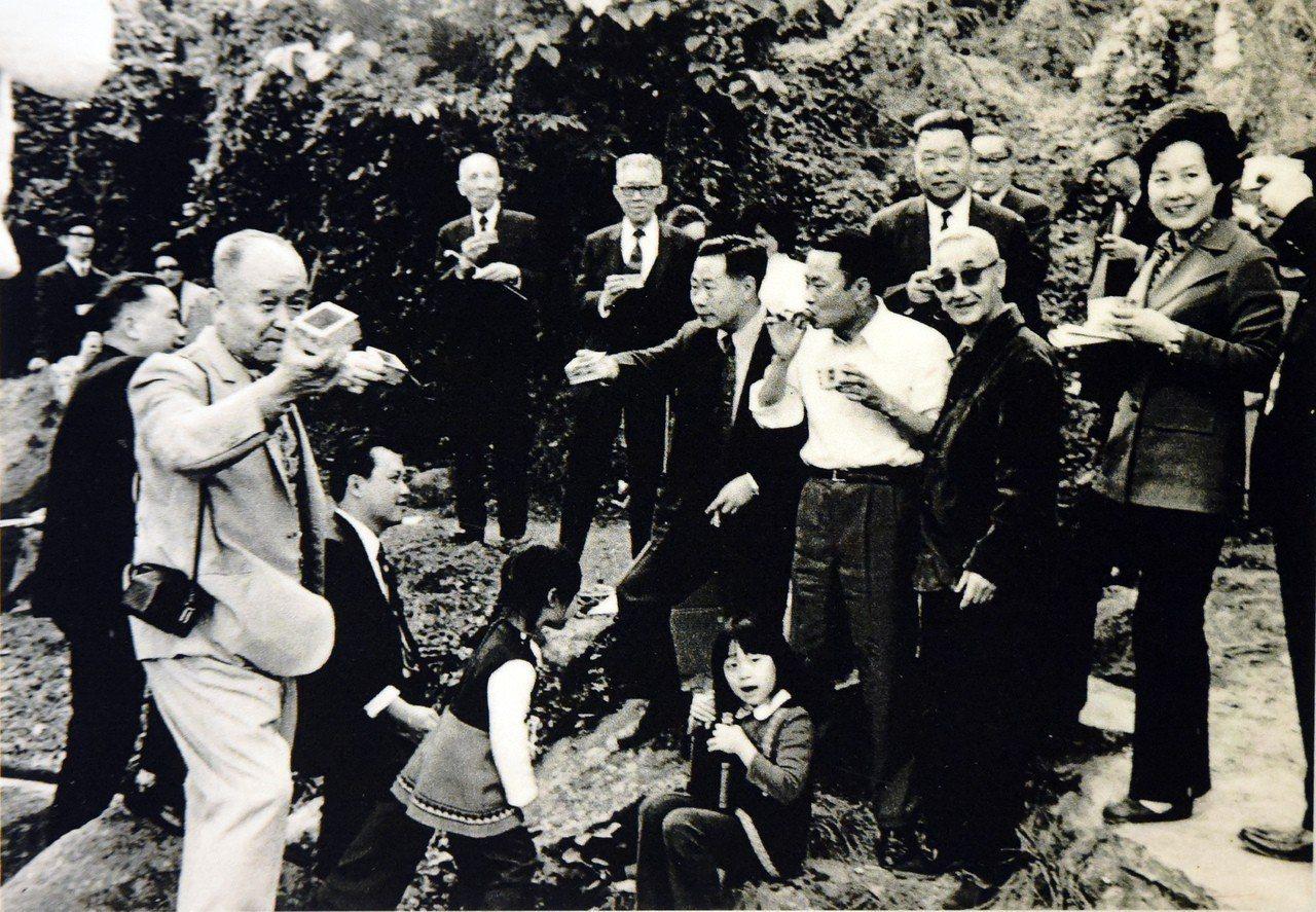 故宮前副院長莊嚴(右前二)1973年在故宮現址旁小溪舉辦曲水流觴,右前三是也曾任...