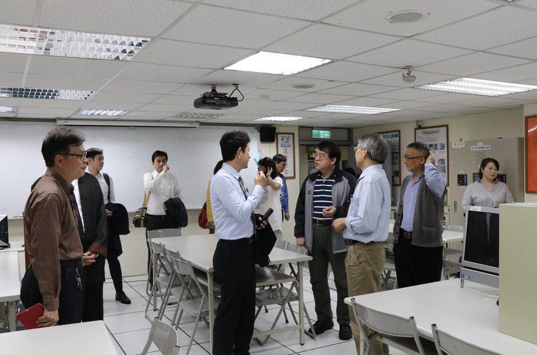 華夏科大老師帶科技城多位員工參觀學校教室,討論合作細項。 華夏科技大學/提供