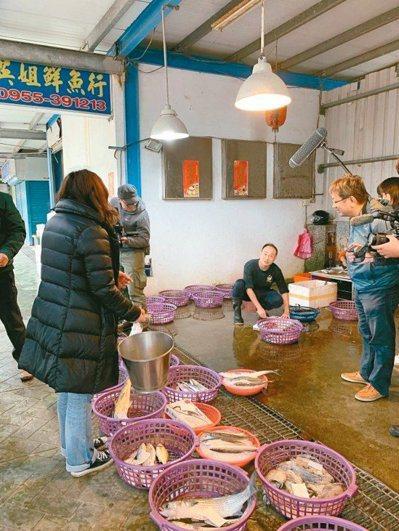 涂月華會提著奶奶用過的白鐵桶,去漁港買魚;魚販也開心,讓他省了塑膠袋成本錢。 ...