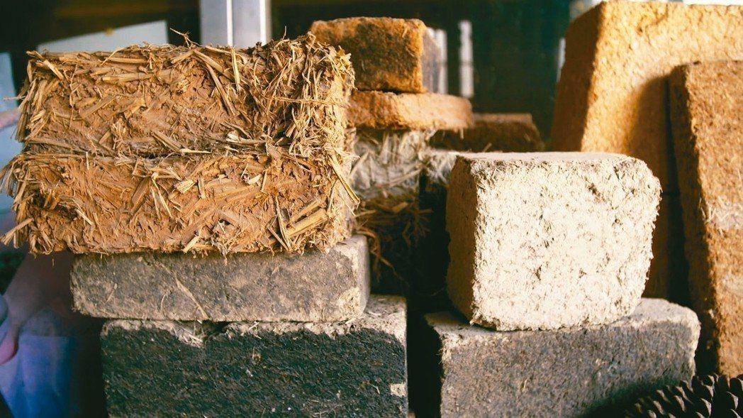 揉含稻草、木屑、紅土的稻草土磚。 圖/願景工程