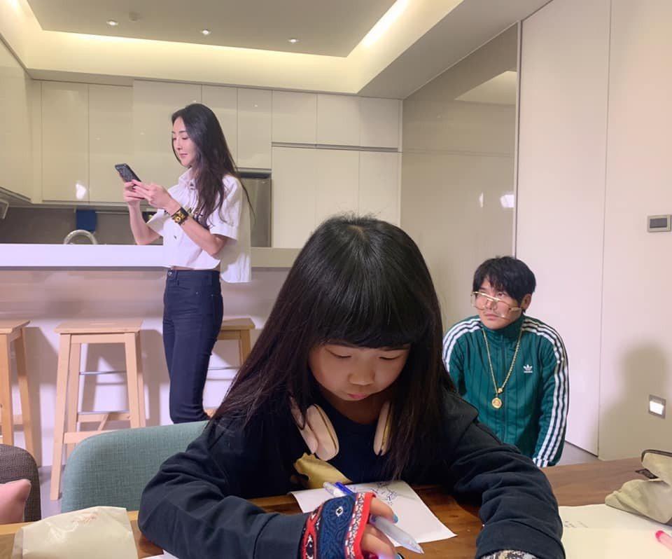 吳速玲(左)曬出老公曹格(右)、女兒(中)一家搞笑畫面。 圖/擷自吳速玲臉書