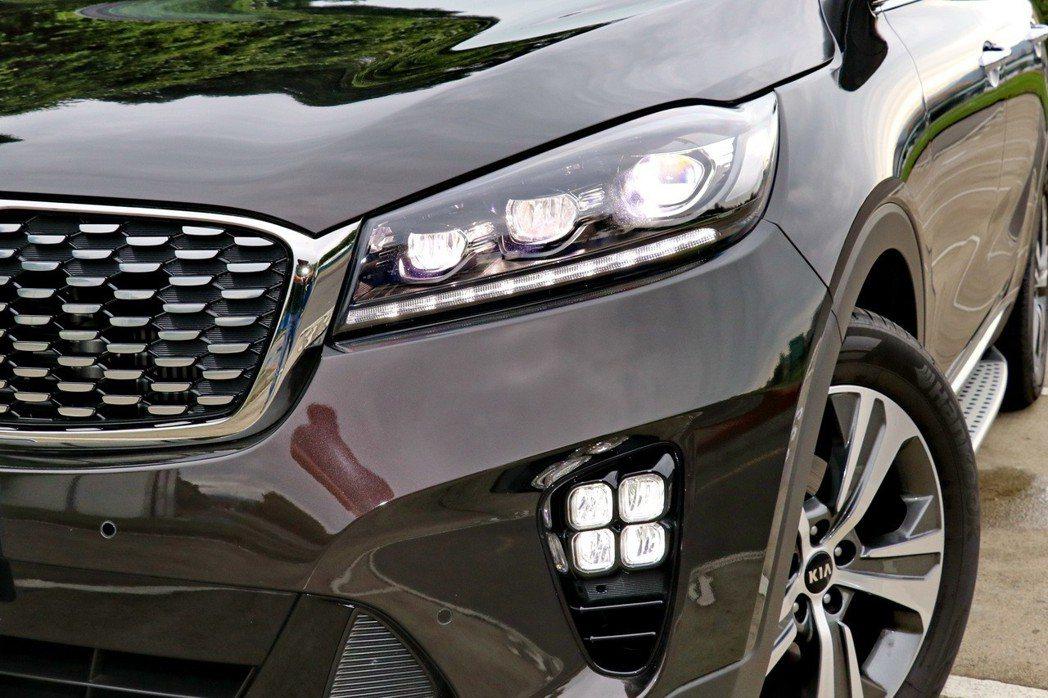 頭燈組更全面升級為LED搭配GT-Line車型專屬矩陣式LED霧燈組。 記者陳威...