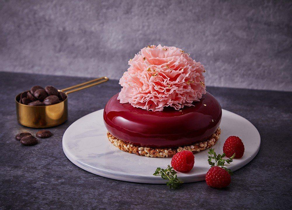 「茶韻」造型蛋糕,結合鏡面豔紅蛋糕體,宛如一款精品戒指美麗動人,康乃馨花朵造型更...