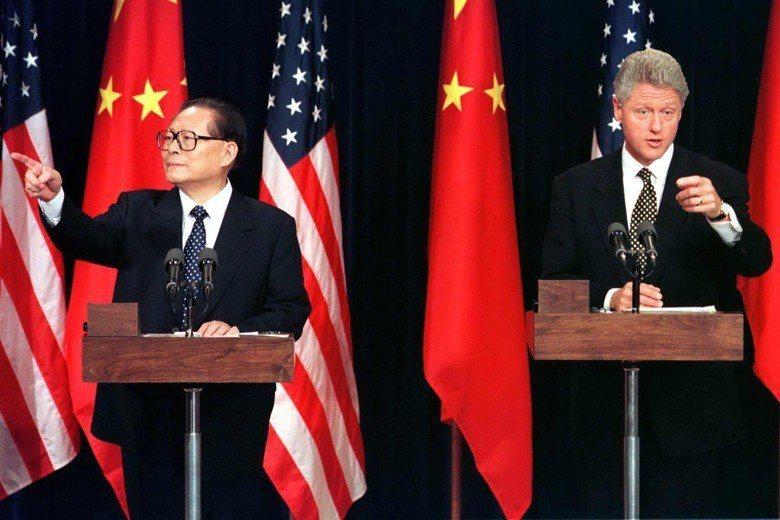 1997年中國國家主席江澤民訪美,與美國總統柯林頓共同召開記者會。該次會談被視為...