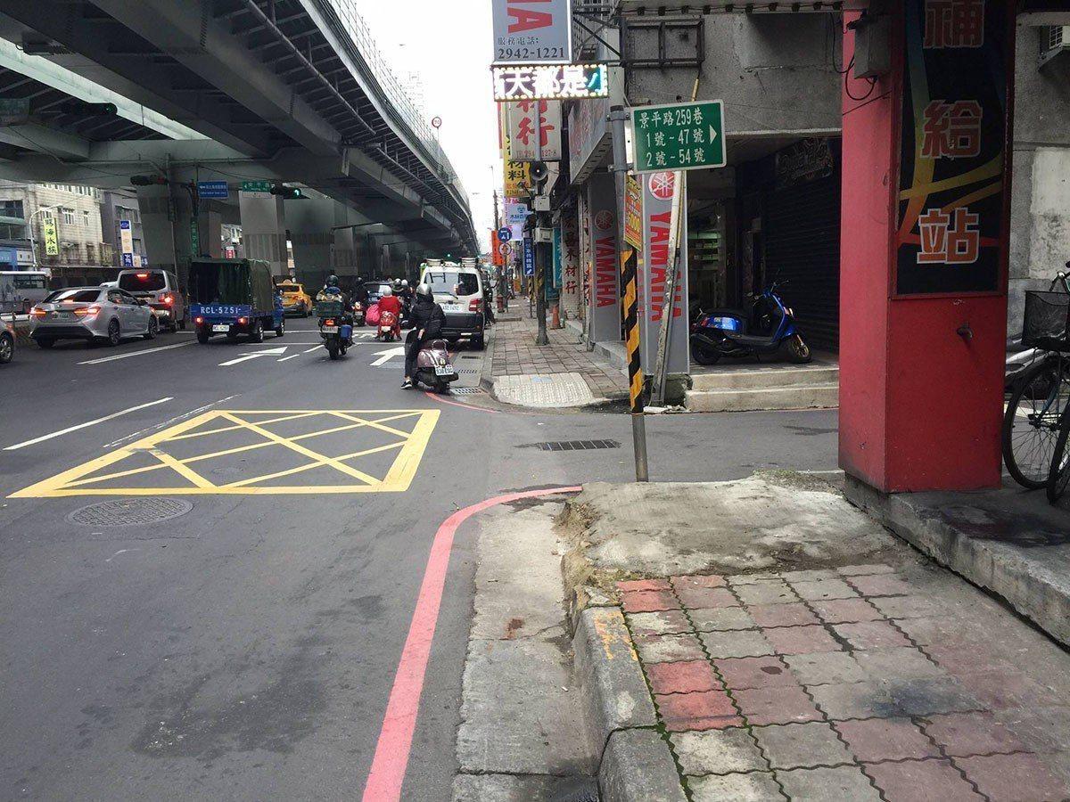 無障礙斜坡道更新(前)。 圖/新北市政府捷運工程局 提供