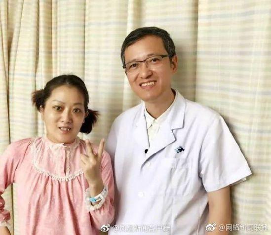 吳夢(左)和主刀醫生陳靜瑜。圖取自微博