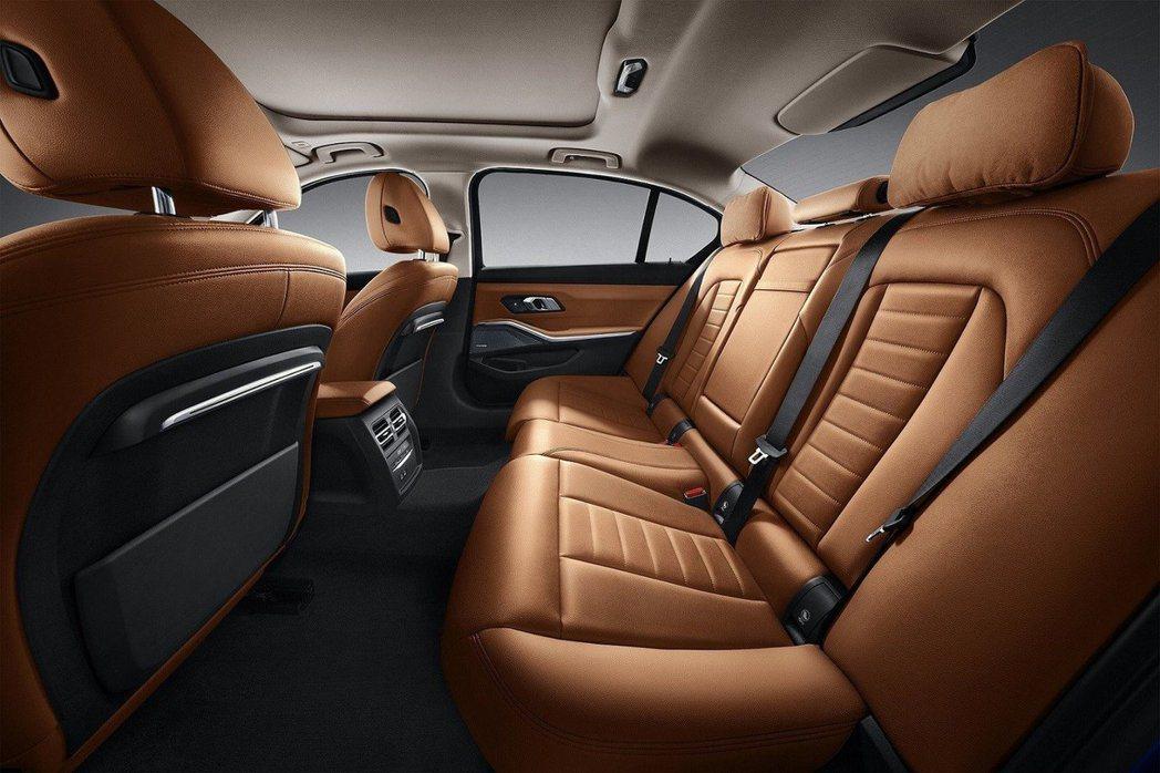 3-Series Li除了後座乘坐空間增加外,全景玻璃天窗對視野也有一大幫助。 ...