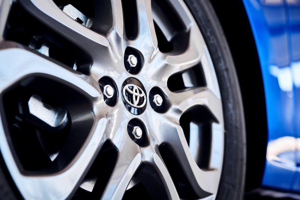 2020年式美規Toyota Yaris Hatchback標配16吋鋁合金鋁圈...