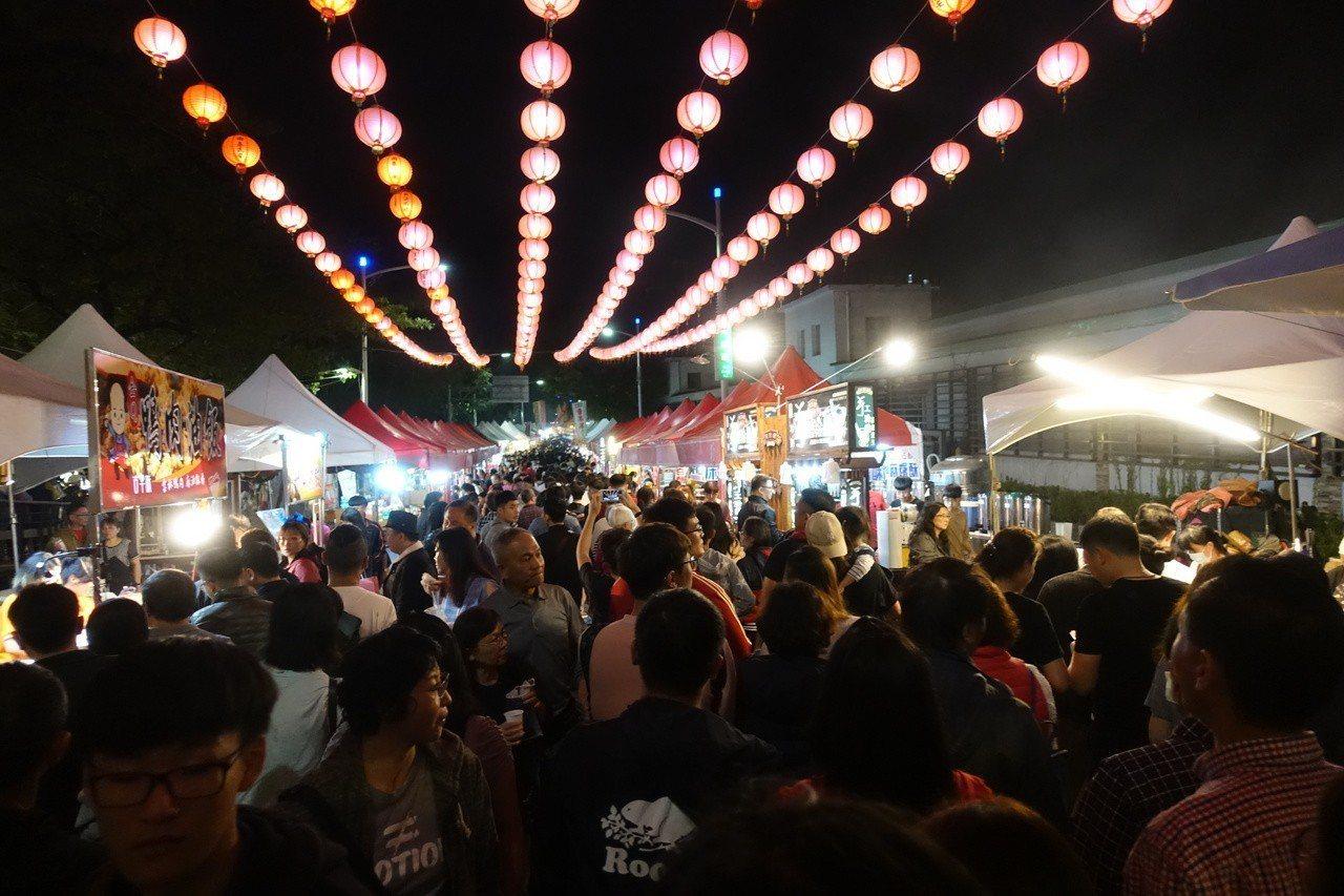 臺北以外美食也很多,最近高雄夜市也經常擠進爆滿的人潮。記者林伯驊/攝影(圖片來源...