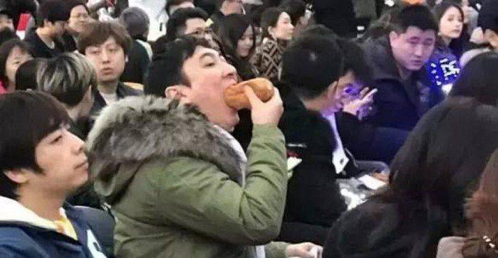 王思聰在世界大賽吃熱狗,被網友捉個正著。