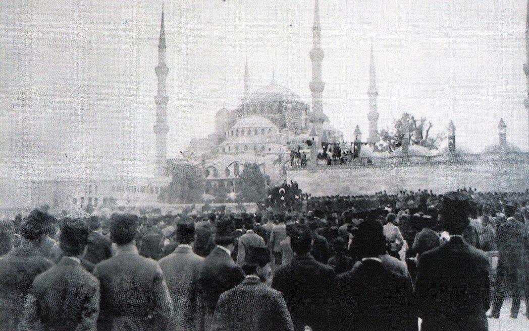 伊斯坦堡派表示,也許安卡拉在戰爭時期是一個適合的首都地點,但在和平時期,已開發的...