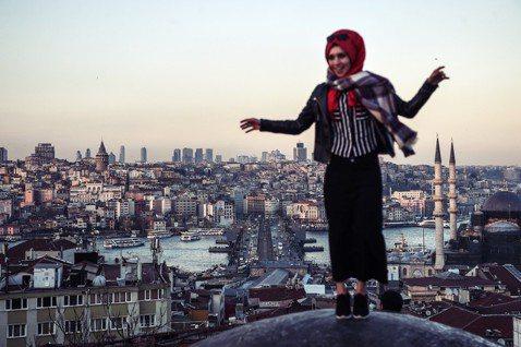 如今,安卡拉幾乎只是作為政治中心,伊斯坦堡仍是土耳其的經濟中心,橫跨歐亞的優越地...