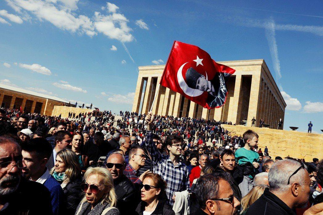 留下來見證土耳其的改變?AKP輸掉安卡拉後,一位年輕的計程車司機市民告訴我,他對...