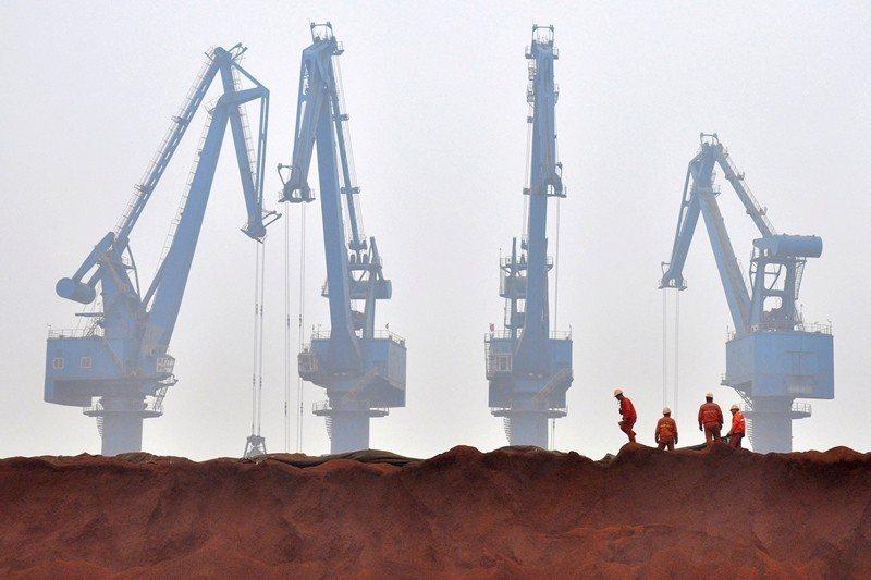 中國60%的鐵礦石進口必須依賴澳洲,圖為從澳洲進口的鐵礦石,攝於天津港口。 圖/...
