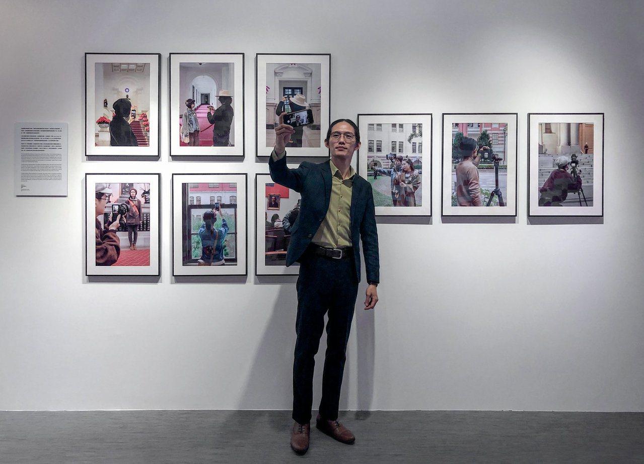 陳運奇與他的系列作品「持攝影機的人」。 圖/擷取自陳運奇臉書