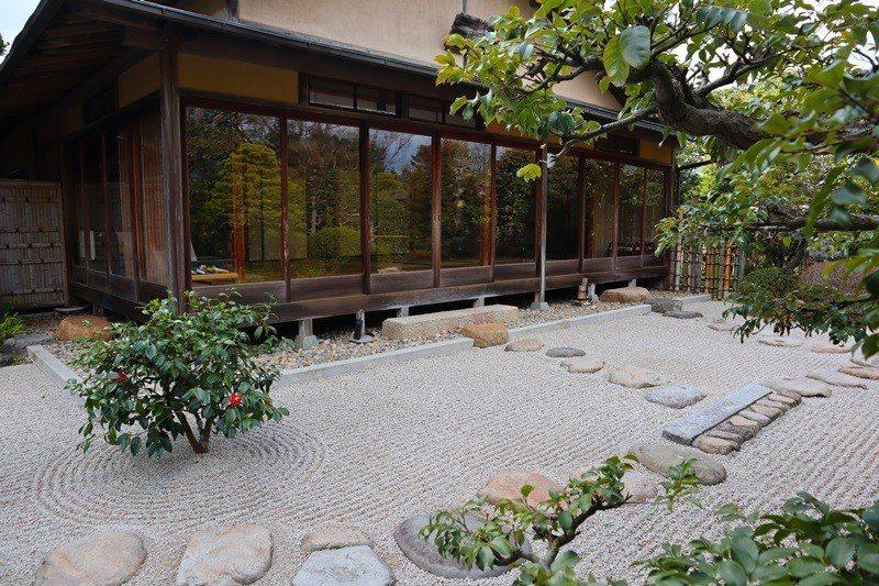 到明明庵體驗「不昧 流」茶道文化,品茶、 和菓子,靜心賞庭園。