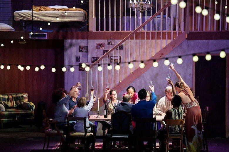 《家》的後半段,觀眾也會受邀上台,成為「家」的一員。 (© Peggy Baud...