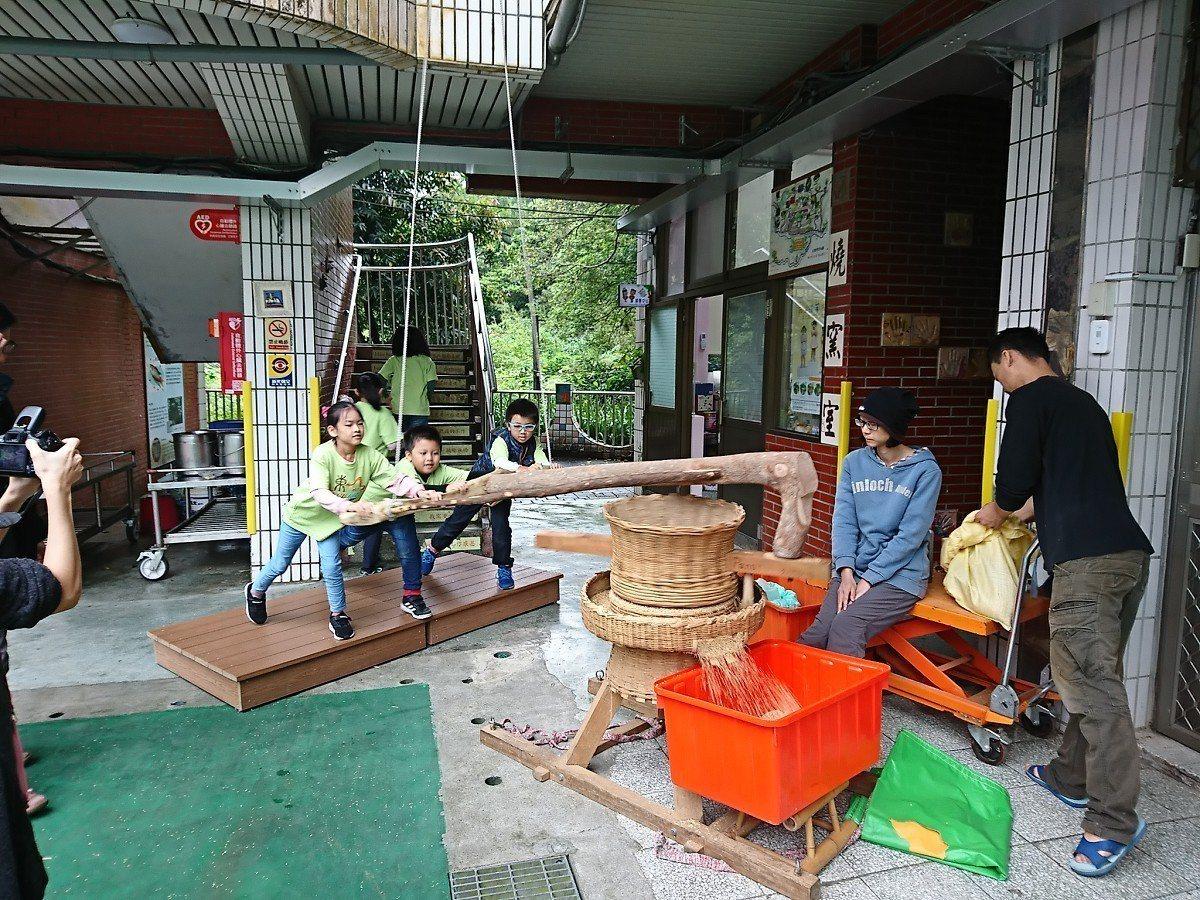 汐平山區的東山國小第一次帶著孩子體驗當土礱師,操作土礱將稻米脫殼,雖然很吃力,但...