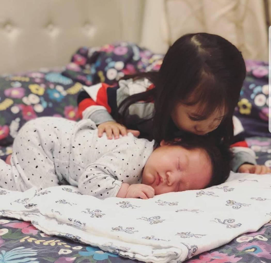 Lucy照顧弟弟Olie畫面超有愛。圖/截圖自IG