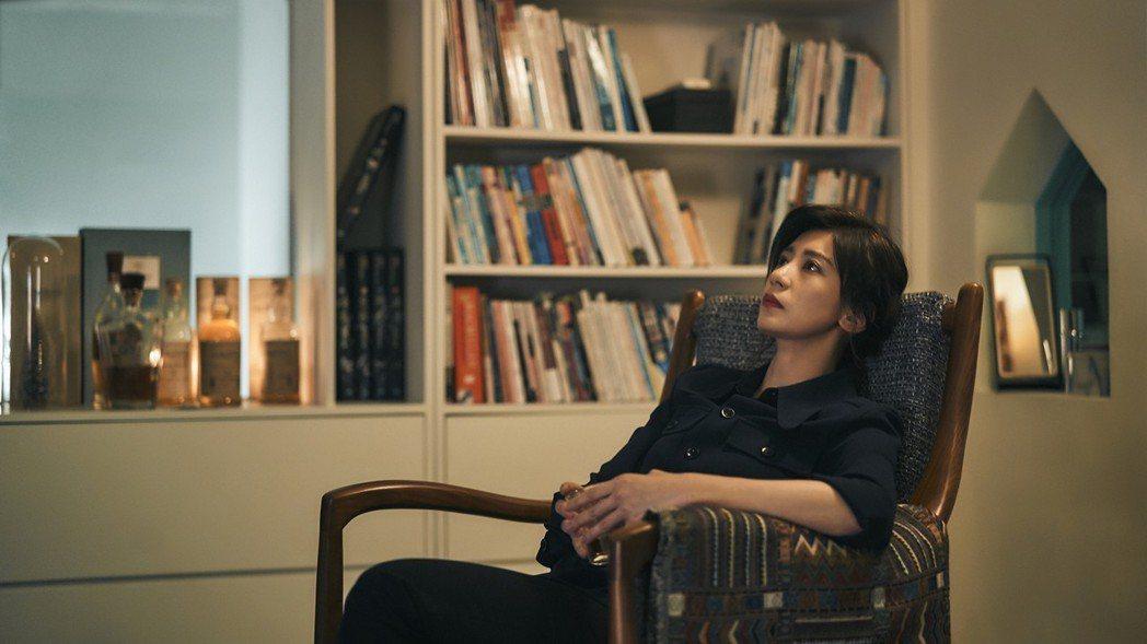 賈靜雯在「我們與惡的距離」中用工作及酒精麻痺自己。圖/公視提供