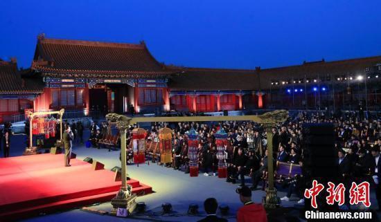 北京故宮2日首次公益拍賣萬壽燈、天燈,加上五對宮燈,最後拍出人民幣2005萬元,...