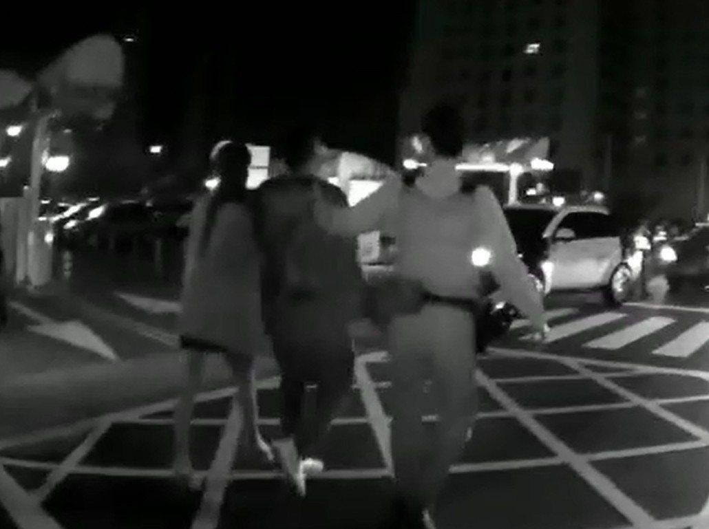 頭破血流的陳男(中)在女性友人長腿妹(左)陪同下就醫。記者林佩均/翻攝