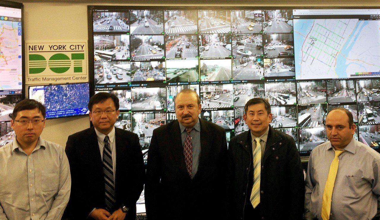 工研院iRoadSafe智慧道路安全警示系統團隊代表蔣村杰組長(左二)及鄭安凱副...