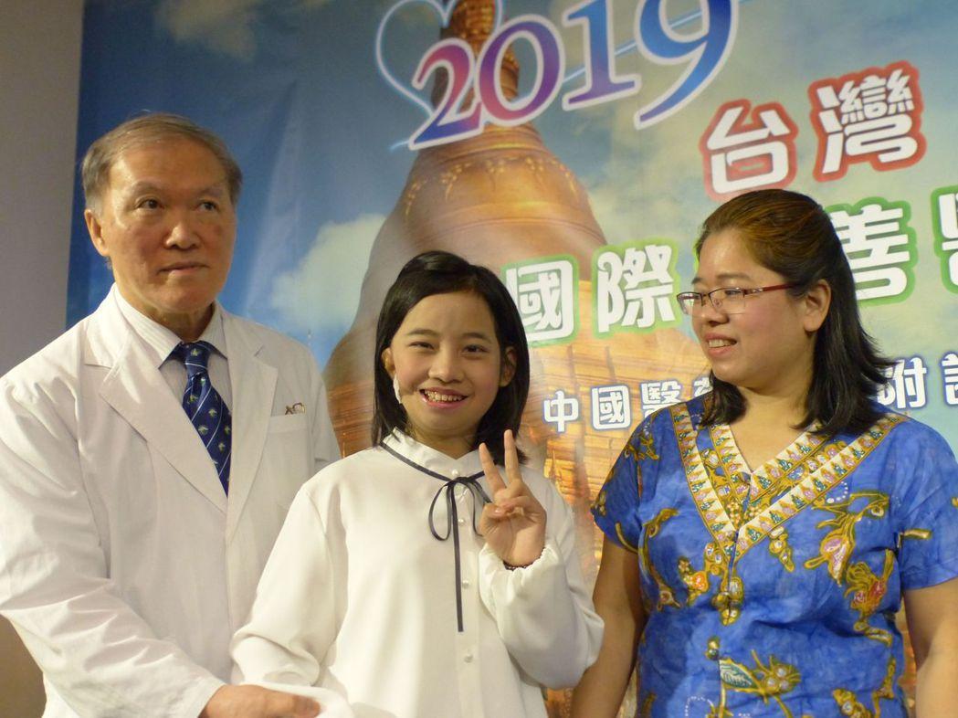 緬甸11歲女童「小勒」(中)右臉畸形,右眼幾乎看不到、右耳聽力受損,來台接受7個...