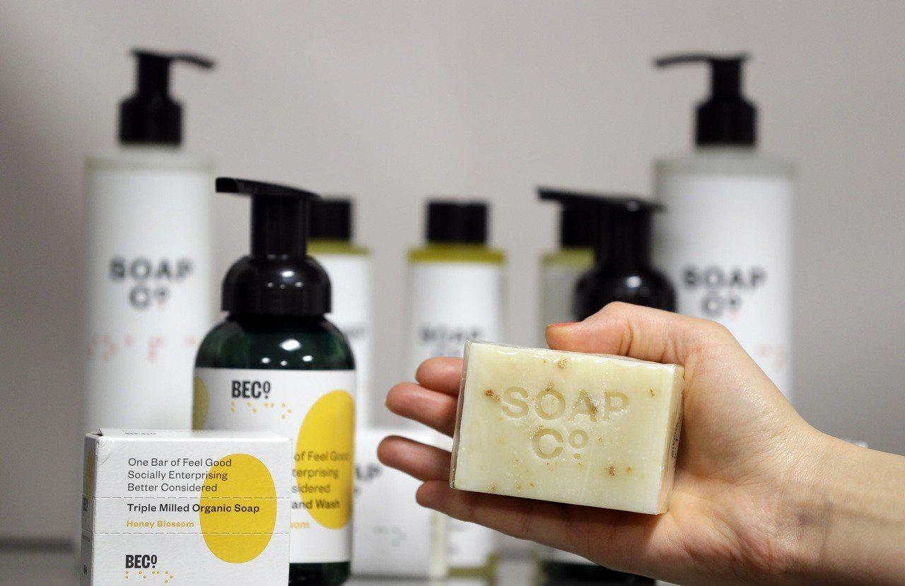 設計師最近捨棄瓶裝清潔品,愛用肥皂搭配皂碟來營造更多空間趣味。 美聯社