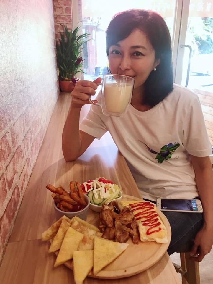 新北市議員李倩萍今發臉書指出,她的婚姻狀況是屬私人領域的事情,不值得花費公共領域...