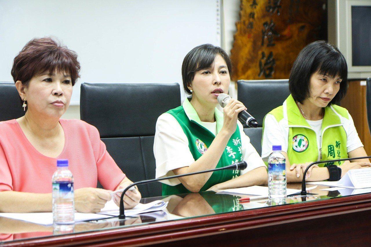新北市議員李倩萍(中)今發臉書指出,她的婚姻狀況是屬私人領域的事情,不值得花費公...