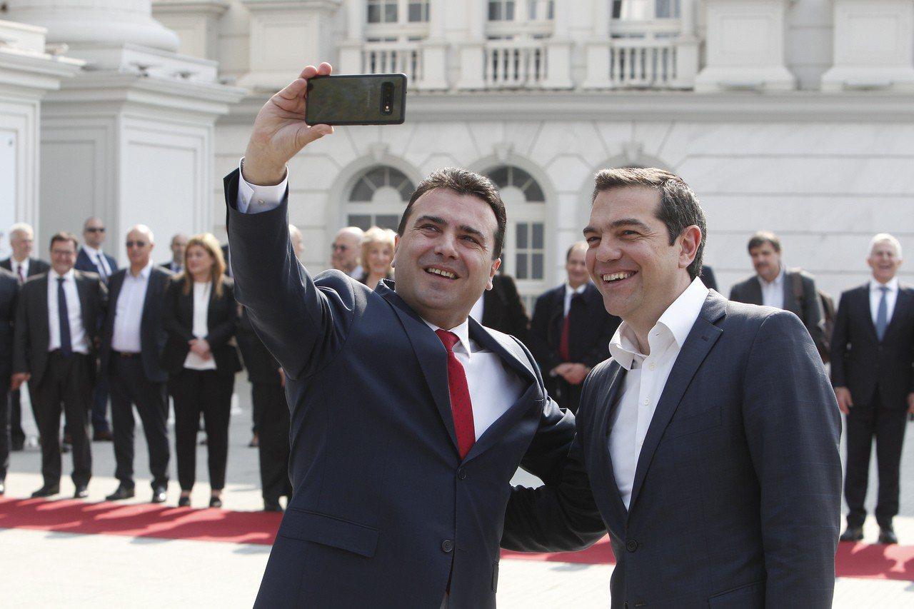 希臘總理齊普拉斯(右)2日首度正式拜訪北馬奇頓,馬其頓總理薩耶夫(左)拿起手機和...