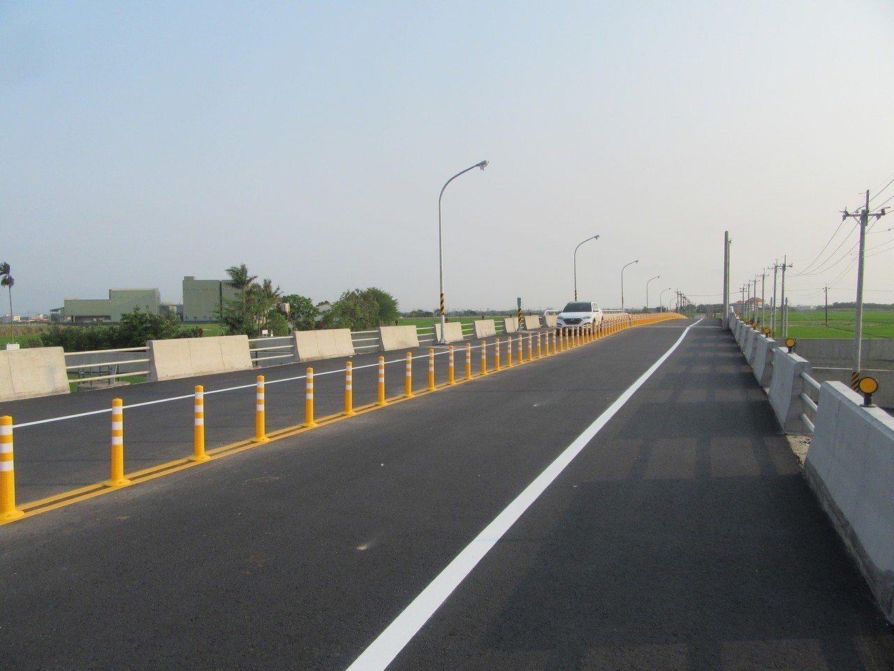 台南市南82線後壁區菁寮排水新嘉橋在清明節假期前開放通車。圖/台南市工務局提供