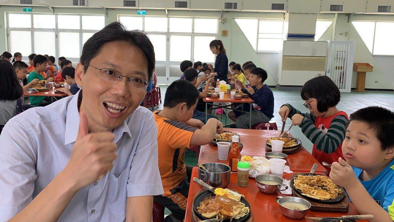 台南市官田國小校長王全興招待全校小朋友吃豬排,慶祝兒童節。記者吳淑玲/攝影