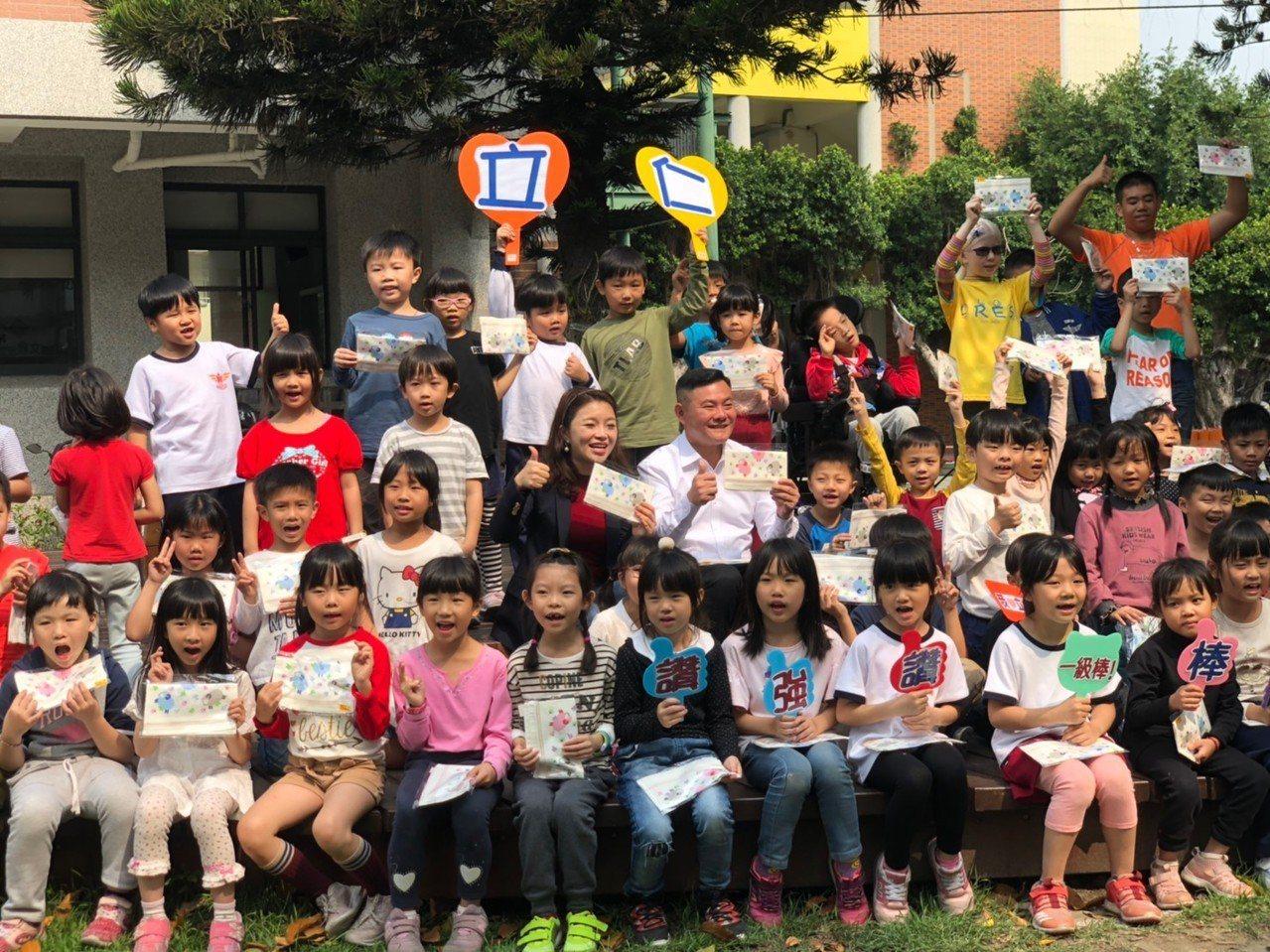孩子們開始的拿小方巾。圖/虎尾鎮公所提供