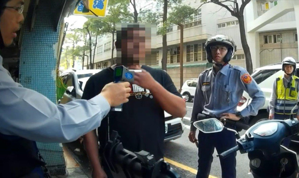 王男酒後內急大便在褲底,因酒駕遭警方攔下,臭轟轟執行酒測吹氣。記者林佩均/翻攝
