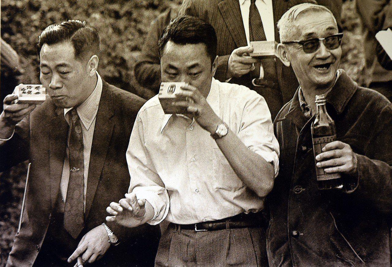 故宮前副院長莊嚴(右一)1973年在故宮現址旁小溪舉辦曲水流觴。圖/莊靈攝、國父...