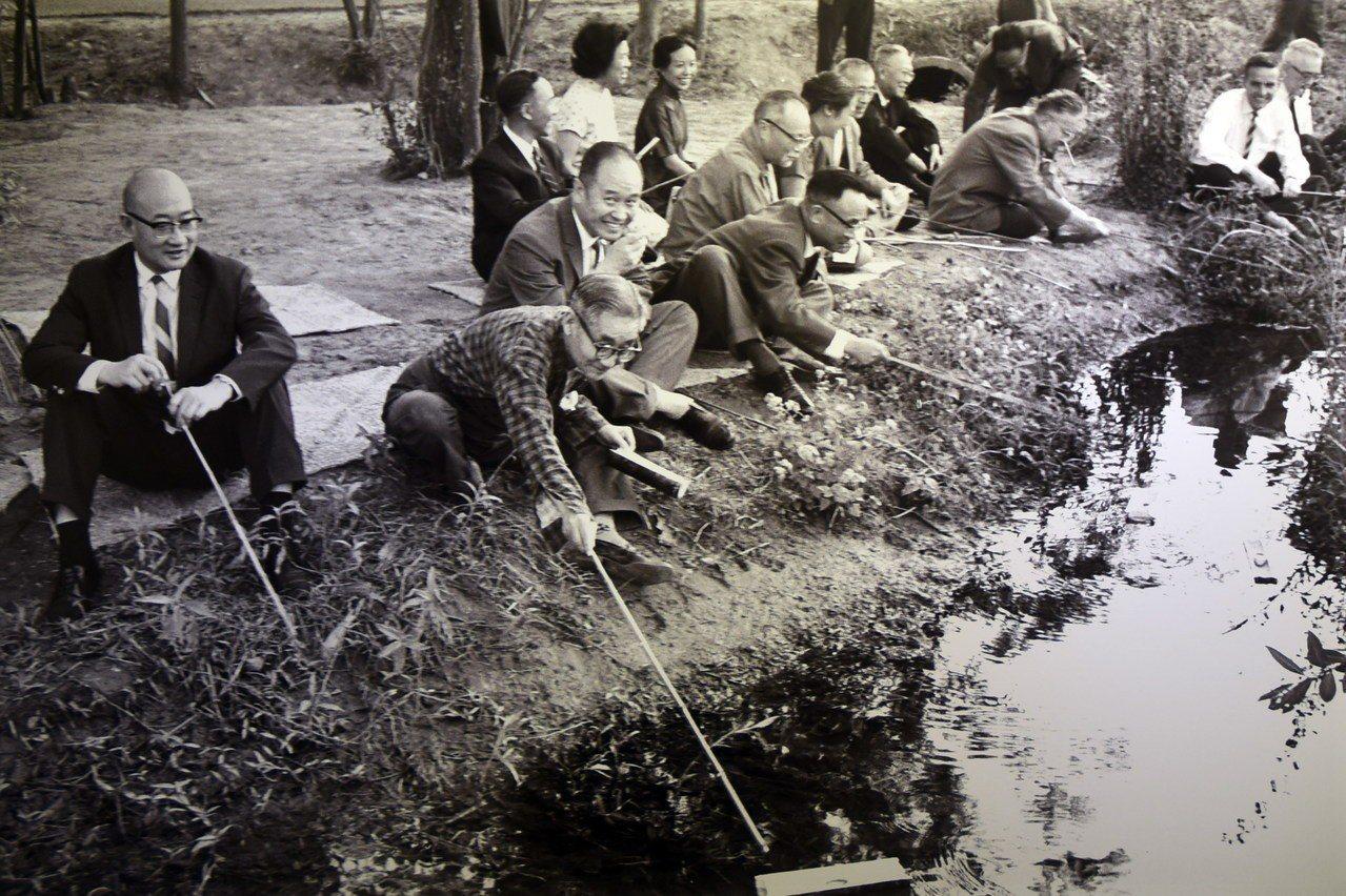 故宮前副院長莊嚴(左二)1964年在台中北溝故宮下方小溪舉辦曲水流觴。圖/莊靈攝...