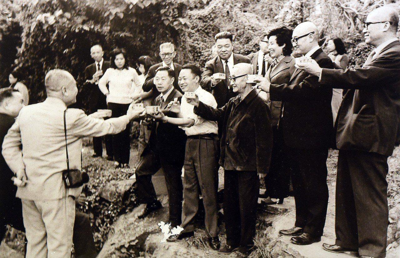 故宮前副院長莊嚴(前排右三)1973年在故宮現址旁小溪舉辦曲水流觴。圖/莊靈攝、...