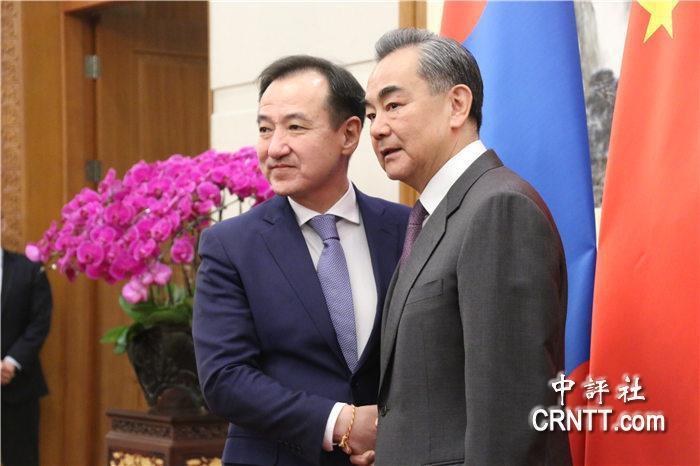 蒙古國外長朝格特巴特爾2日在北京與大陸外交部長王毅會談後,發表對「一個中國」政策...