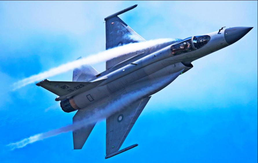 中巴合製的梟龍戰機。(新浪微博照片)