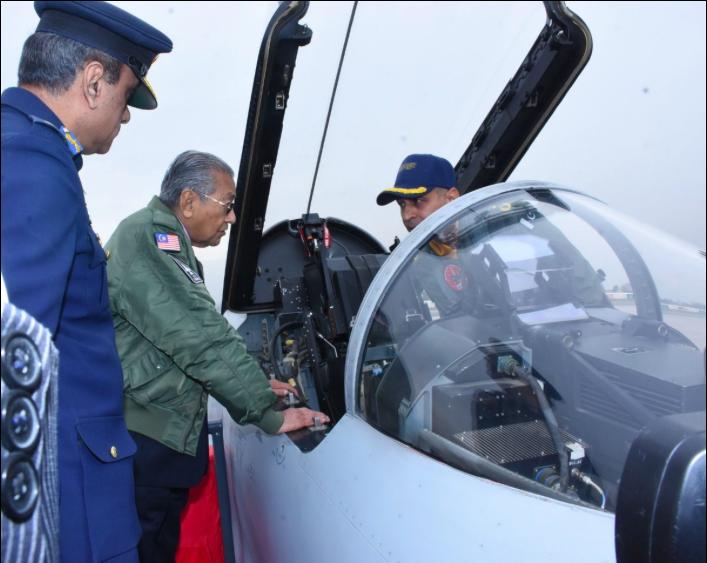 馬哈蒂日前訪問巴基斯坦時曾參觀梟龍。(馬來西亞外交部推特照片)